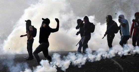 La violencia marca las protestas rumbo al primer aniversario de la desaparición de los estudiantes de Ayotzinapa