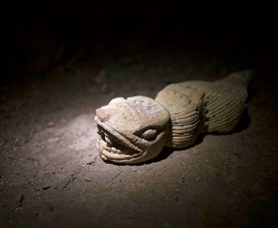 Quetzalcoatl, la serpiente emplumada. Antes de entrar en la cueva el señor quema un puñado de ramas y hojas secas para que las serpientes y otros insectos venenosos abandonen el lugar sin tener que envenenarlos o matarlos.