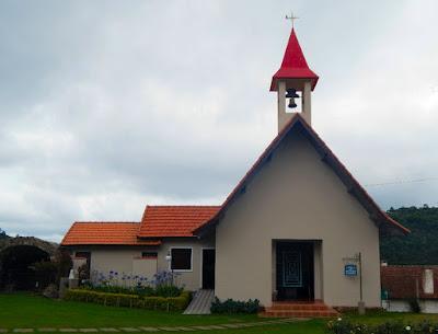 A capela da Igreja Católica de Monte Verde fica na vila dos moradores locais, cuja arquitetura é mais simples e humilde em relação ao conjunto de forte inspiração europeia.