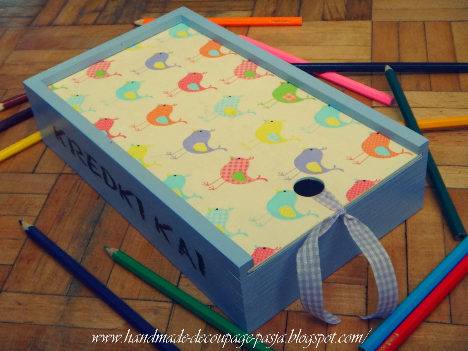 http://handmade-decoupage-pasja.blogspot.com/2014/01/kolorowe-kredkiw-pudeeczku-nosze.html