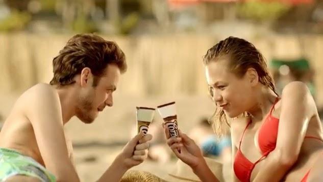"""Cornetto Disc Keyfi Yolunda Aşkı Sonunda,Algida'dan Yeni Reklam Filmi: Talihsiz Delikanlı Algida geçtiğimiz günlerde """"Keyfi Yolunda Aşkı Sonunda"""" kampanyası için Deve isimli bir reklam filmi yayınlanmıştı.  Reklam filmi, bir alana bir bedava fırsatını denizden çıkarken gördüğü güzel bir kızla paylaşmak isteyen delikanlının başına gelen talihsiz durumu konu alıyor. İzleyicinin yüzünde tebessüm oluşturan reklam genel hatlarıyla gayet başarılıydı."""