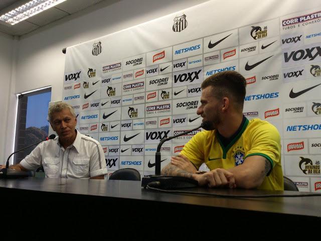 Lucas Lima recebeu de Clodoaldo a camisa da Seleção Brasileira com seu nome (Foto: Tiago Salazar/Gazeta Press)