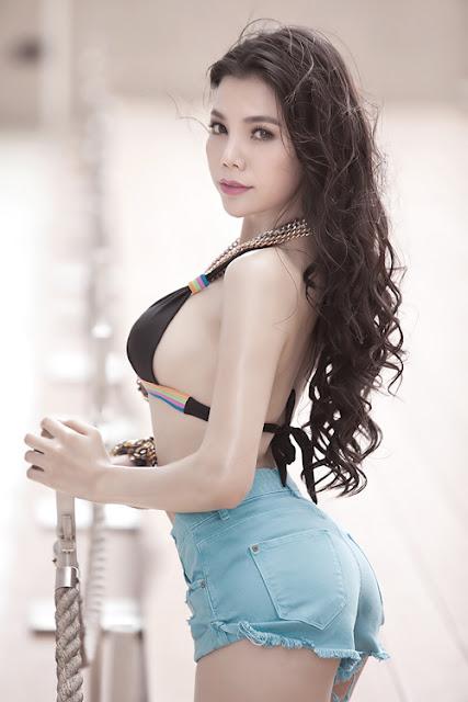 Trà Ngọc Hằng không ngại khoe thân hình gợi cảm trong các bộ hình thời trang.