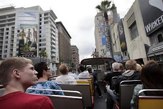 visitors-enjoy-LosAngels-sightseeing-bustour