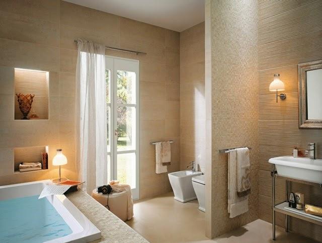 Baños Azulejos Beige:Lindo baño pequeño donde se utilizan mayólicas beige para iluminar