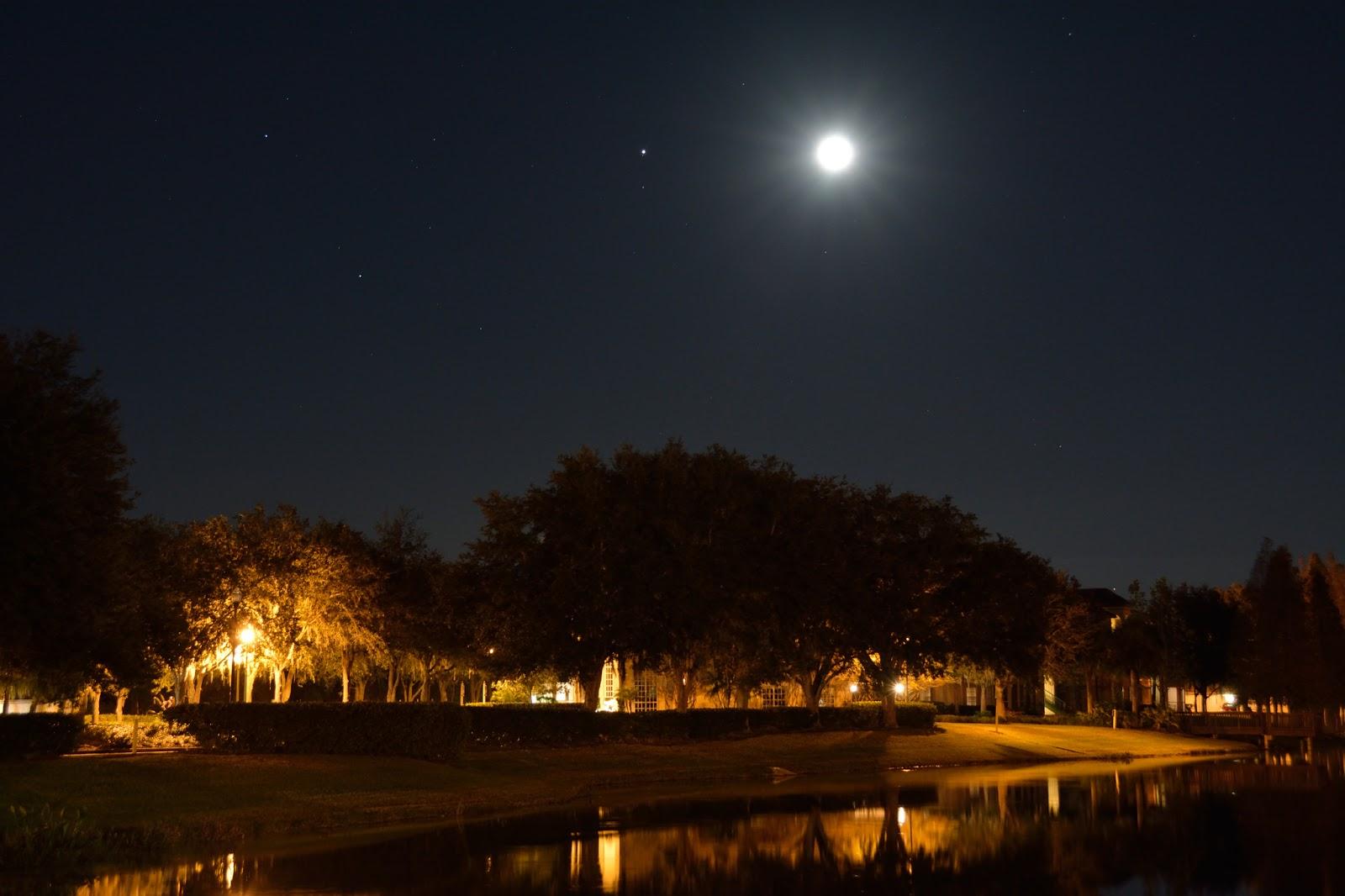 Mặt Trăng cùng chòm sao Gemini tối 18/12/2013. Tác giả : AMN Photography Studio.