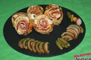 Rollitos de hojaldre de jamón serrano con queso y salami.
