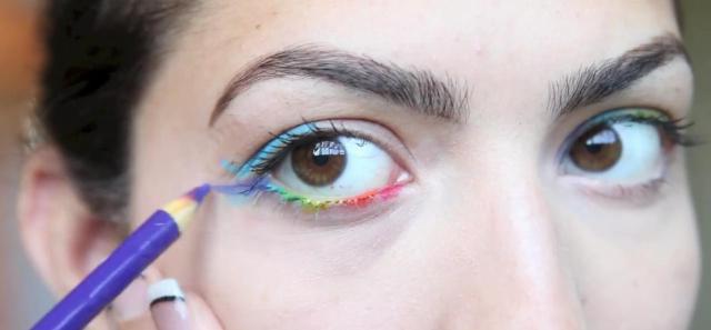 Trait d'eyeliner avec des crayons Crayola (source:  Meltyfashion.fr) - Les Mousquetettes