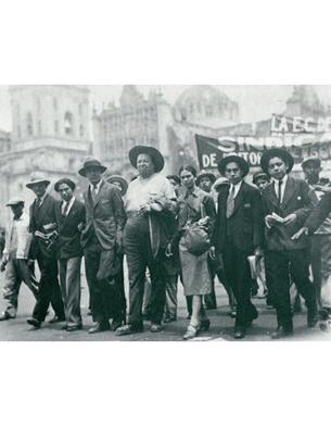 Frida Kahlo e Diego Rivera em manifestação política
