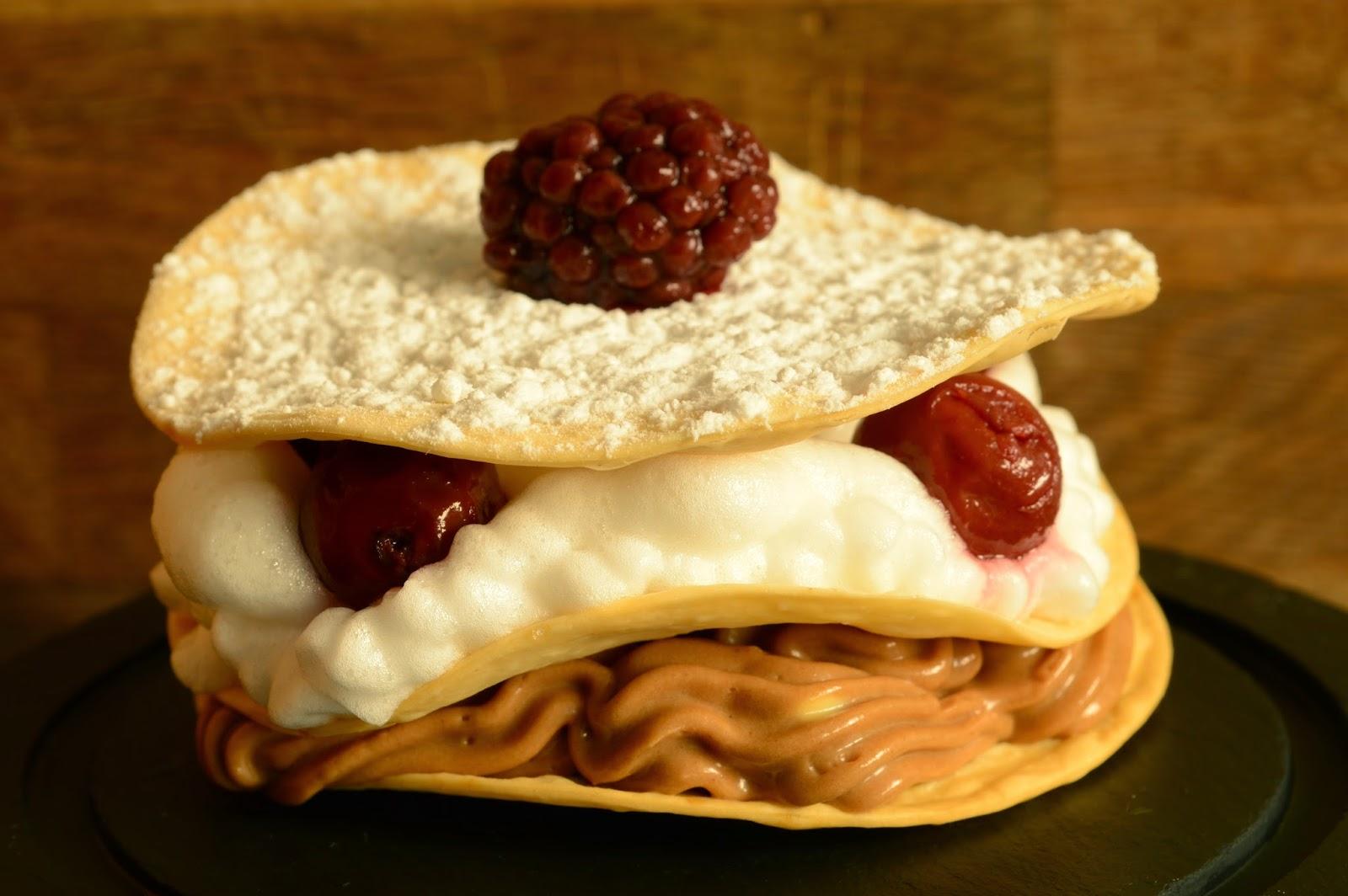 Milhojas de crema de chocolate y merengue con frutos rojos