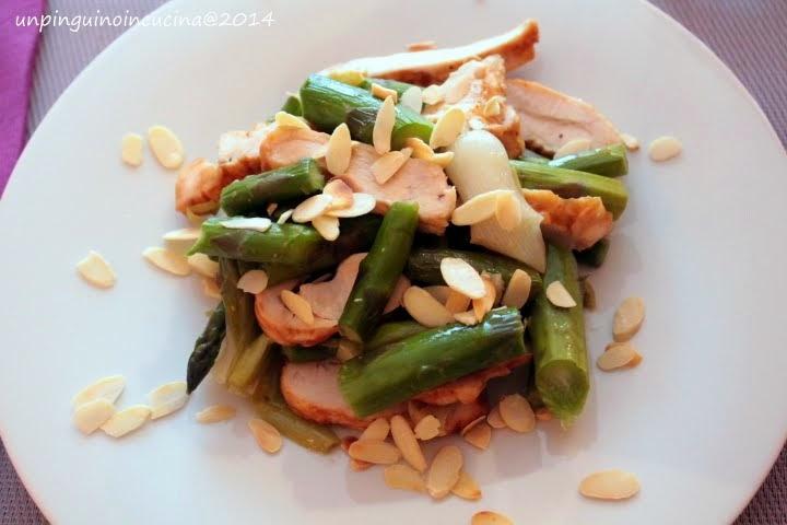 insalata tiepida di asparagi, cipollotti, pollo e mandorle tostate