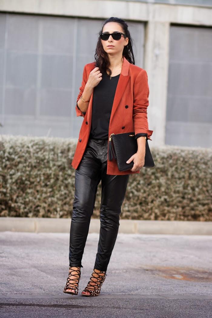 Look en color Negro con blazer y pantalones negros de piel de Muubaa