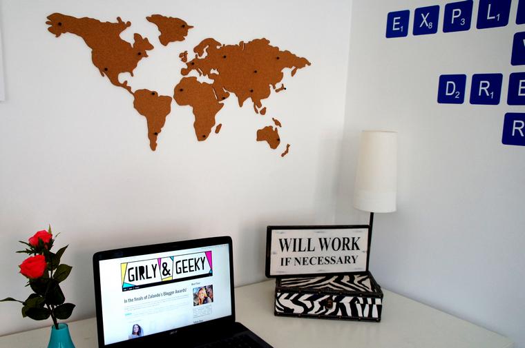 Girly en geeky room tour cork board map - Board deco kamer ...