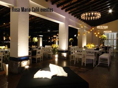 decoração amarela preta, móveis brancos, cascata vidro amarelo com velas, puff quadrado preto