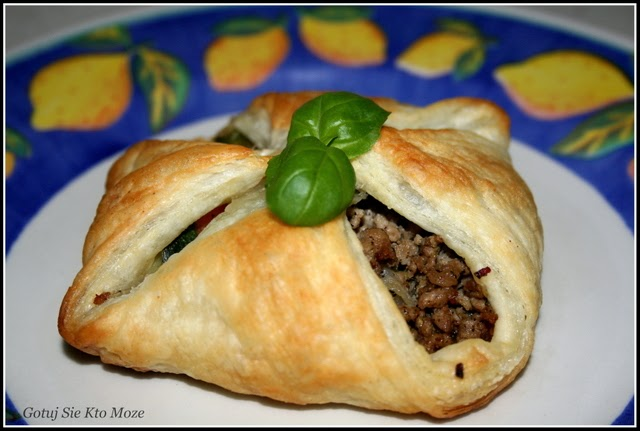 Paczuszki z ciasta francuskiego z mielonym mięsem i warzywami