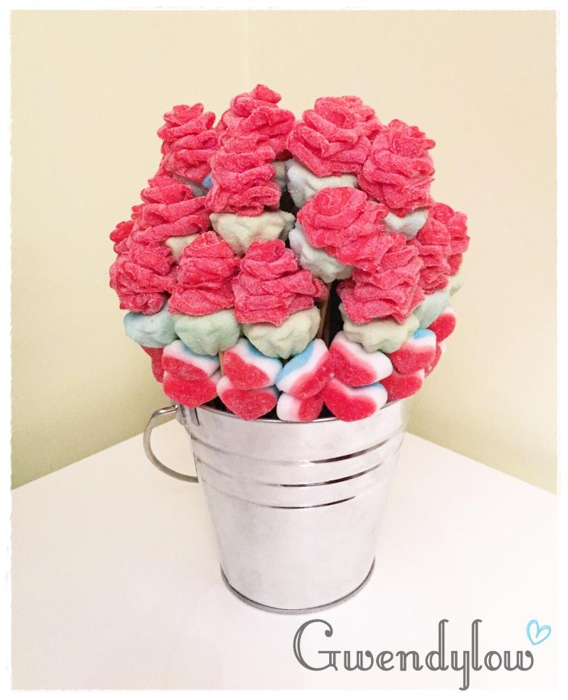 Cubo de rosas rbol de gominolas y moras azules todo for Envolver brochetas de chuches