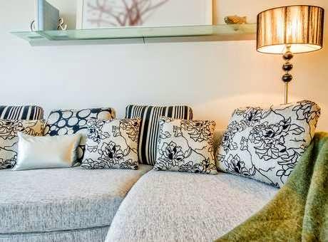 sofás lisos podem ser combinados com almofadas estampadas