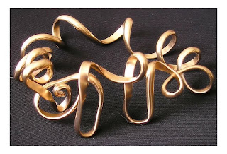 Gioielli wire di Gisela Naepflin - bracciale in oro. Wrapped wire jewellery - gold bracelet.