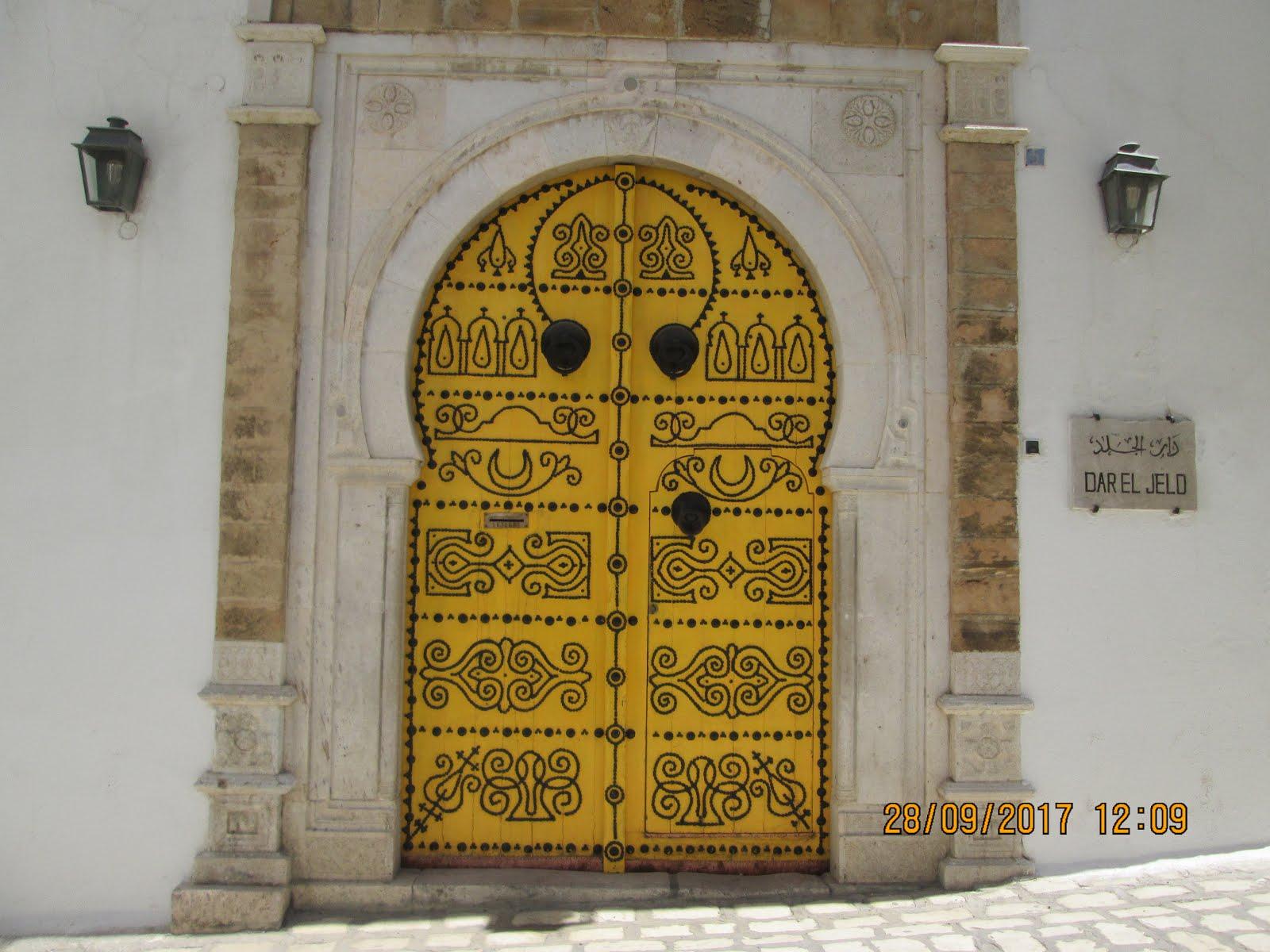بابٌ أنيق: دار الجلد، مدينة تونس العتيقة.