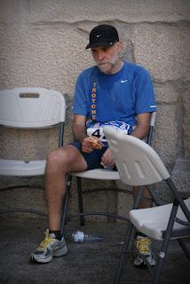 Trotón Al en los 100km Madrid-Segovia: avituallamiento en Mataelpino