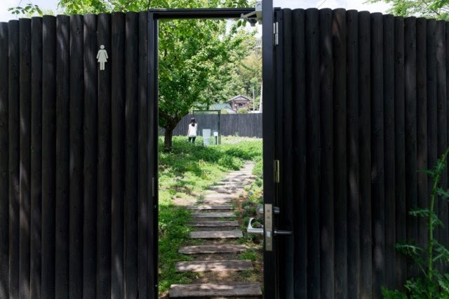 Японский публичный туалет в саду