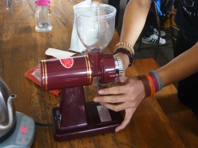 Menggiling biji kopi di Yellow Truck Coffee