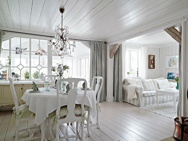 Moois en liefs wit houten huis - Kamer wit houten bad ...