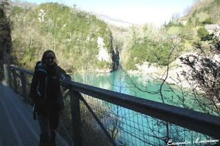 pasarela frente al lago de las Gorges de Kakouetta