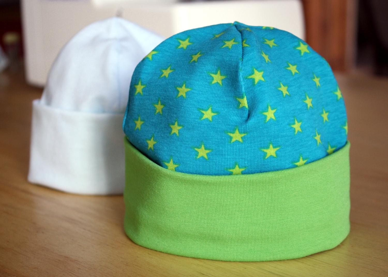 b37be3c45955 ... tout simplement les articles en vente en magasin (Monoprix pour ne pas  le citer...), et en triturant un peu les bonnets pour les trousseaux de  naissance ...