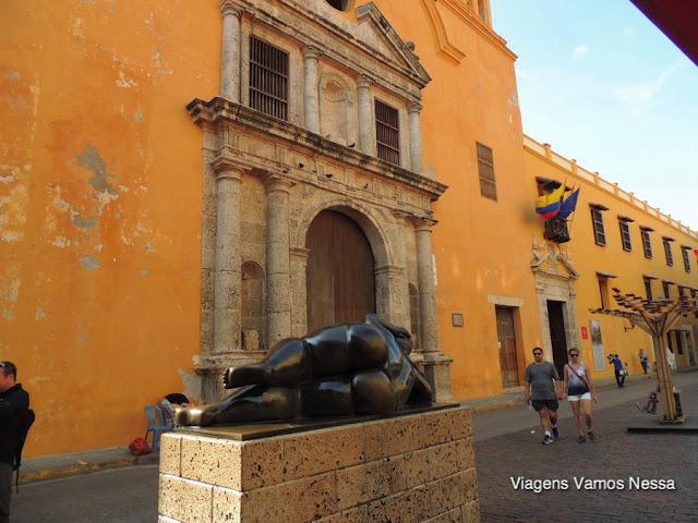 Portal da Igreja de Santo Domingo e escultura de Botero