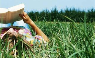 menina lendo campo