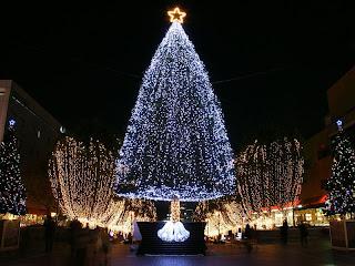 dorado y plata en miles de luces Arboles de navidad de noche