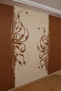 Malowanie na ścianie grafiki ściennej przedstawiającej esy floresy