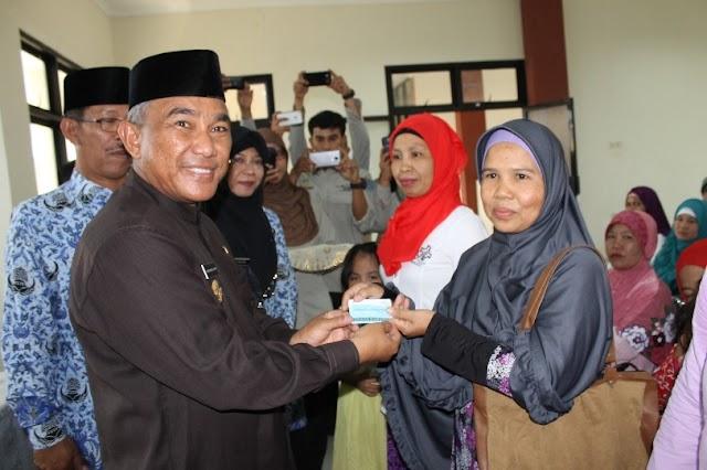 Wawali Serahkan 5079 Kartu Program Keluarga Harapan