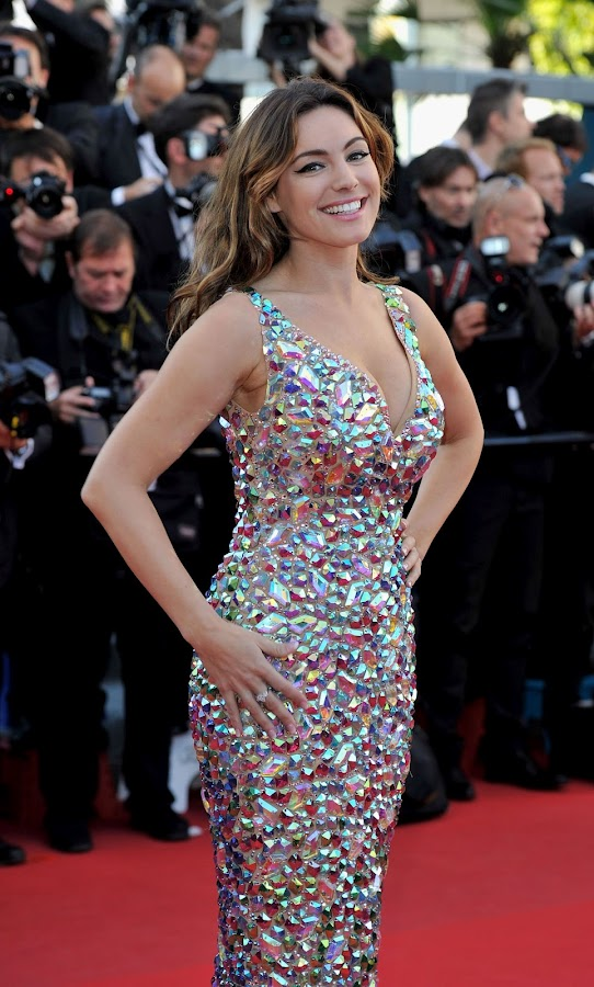 Kelly Brook poses for photographers on red carpet in Cannes