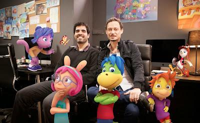 O diretor e criador da série André Forni e o produtor executivo Rodrigo Olaio (com personagens) - Crédito Divulgação