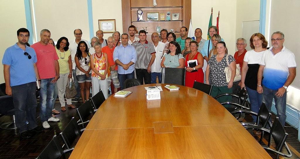 Representantes do Executivo e do Legislativo com artesãos: parceria para tornar realidade a Casa do Artesão