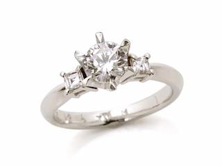 婚約指輪のセンター石を使い、両サイドのダイヤモンドは次回のリメイク(リ・スタイル)で使います。