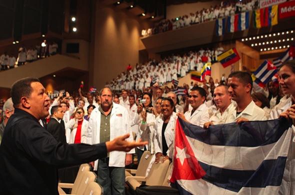 Los médicos cubanos que brindan atención a la población venezolana ...