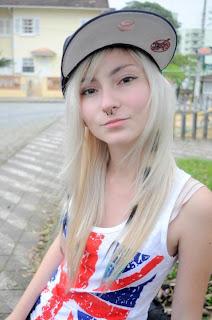 menina-garota-estilosa-estilo-bone-moda-camisa-camiseta-loira