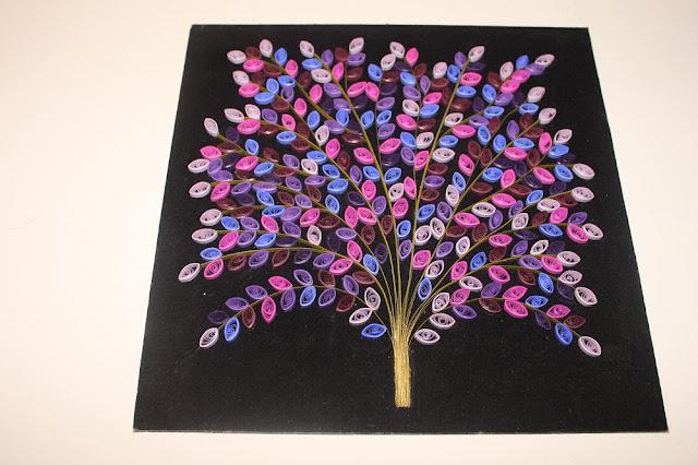 Плоское квиллинг-деревце в сине-розовых тонах на черном фоне