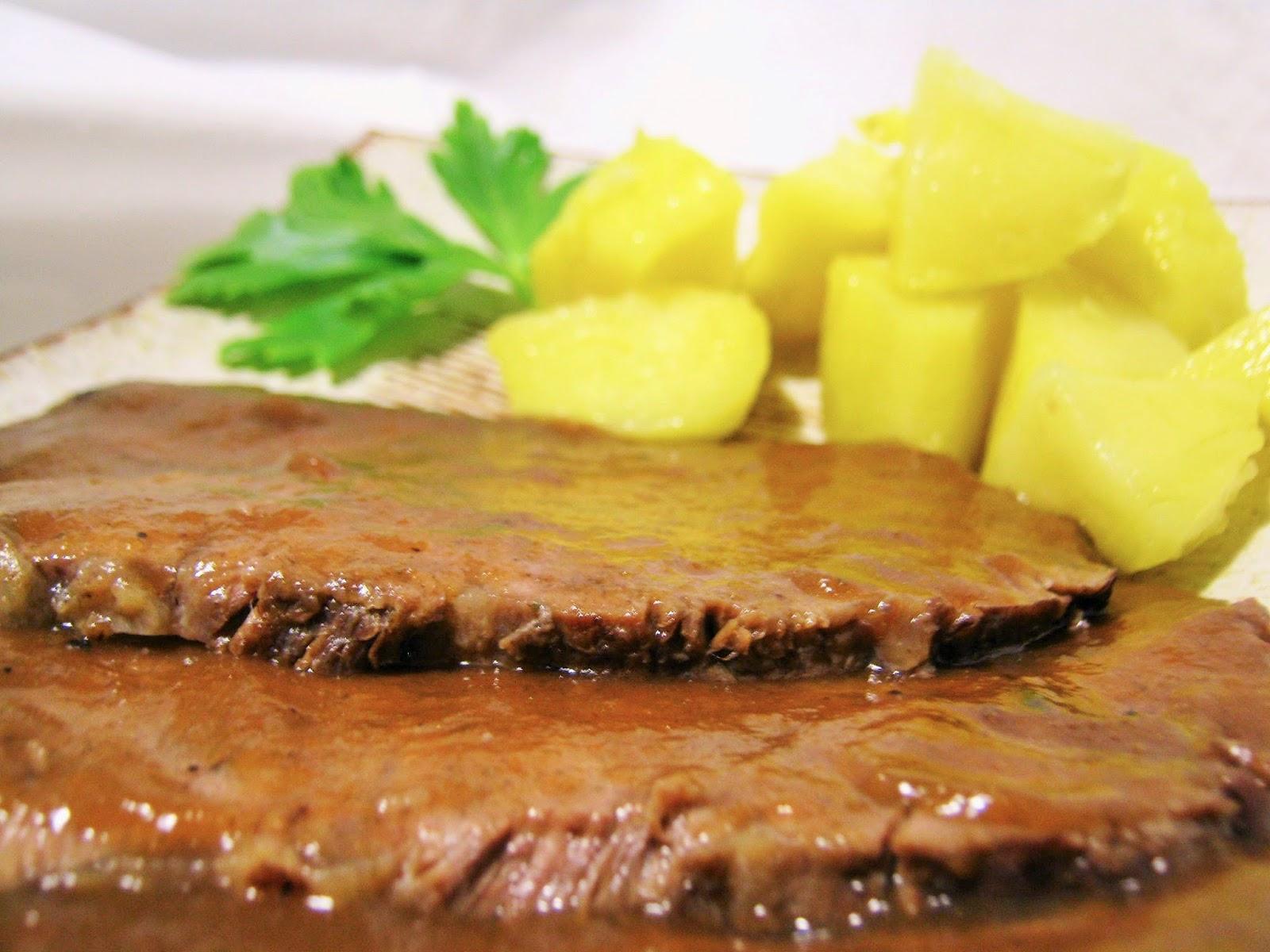 fette di brasato cotto con patate  lesse