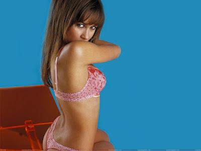 olga_kurylenko_wallpaper_in_pink_lingerie_sweetangelonly.com