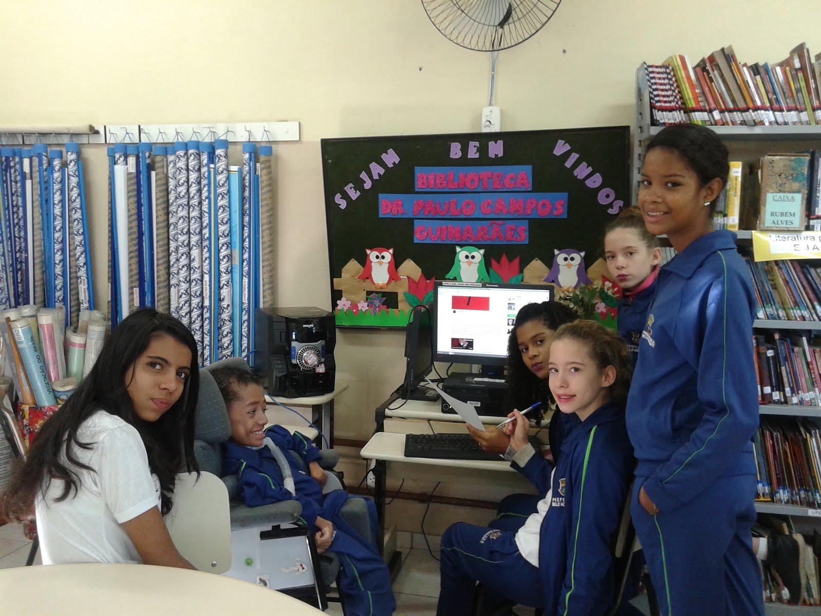 A equipe do jornal preparando uma reportagem