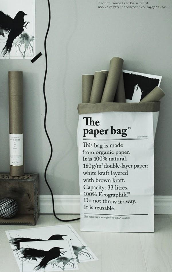 the paper bag, fröken funkis, svartvit påse, svartvita påsar, le sac en papier, grafisk påse, grafiska påsar, arbetsrum, arbetsrummet, ateljé, kors, print, prints, poster, posters, svartvita tavlor, svart fågel, artprints, artprint, konsttryck, annelie palmqvist, trälåda, trälådor