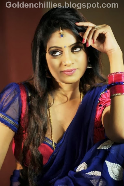 anchor udaya bhanu navel show in saree hot photos gallery