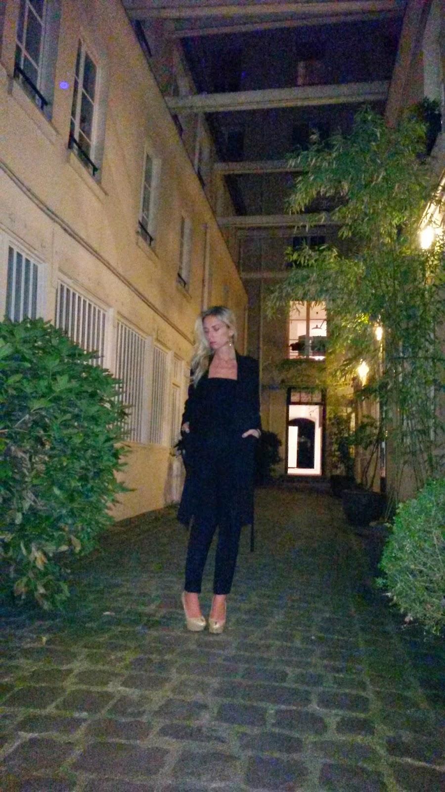 Black total look - Paris by night
