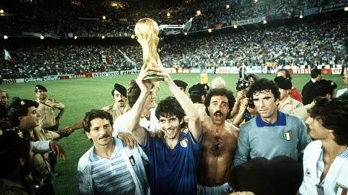 Paolo Rossi com a taça de campeão do mundo 1982