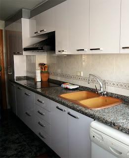 Cocina con puertas y frentes nuevos en color blanco