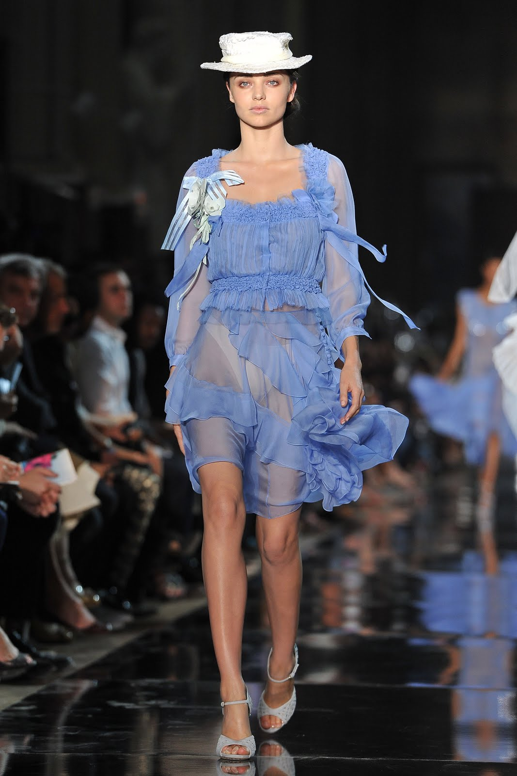http://4.bp.blogspot.com/-np84ViXSbjU/To3XkcTv5BI/AAAAAAAALvo/7ckn9vQVR8A/s1600/56275_Miranda_Kerr_John_Galliano_Spring_Summer_2012_Ready_to_Wear_show_in_Paris_France_October_2_2011_002_122_1100lo.jpg